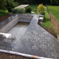 Aménagement de bord de piscine en pierres naturelles